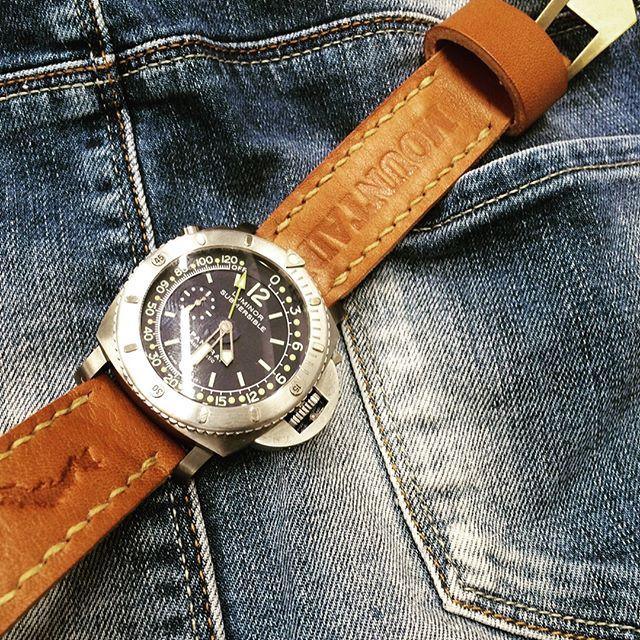 デカ厚な時計にマッチする刻印入りのレザーベルト